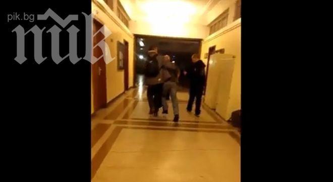 Уникално видео! Проф. Драгомир Драганов мъртво пиян в Софийския университет!