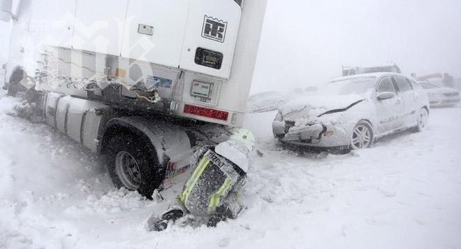 Румънски шофьор се заби в ТИР в района на Предела (обновена)