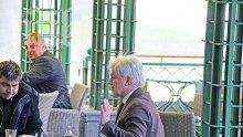 Валентин Михов засечен да се налива посред бял ден с огромно количество алкохол (снимки)