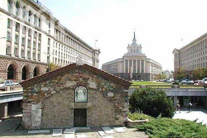 Света литургия отслужват пред мощите на Света Петка