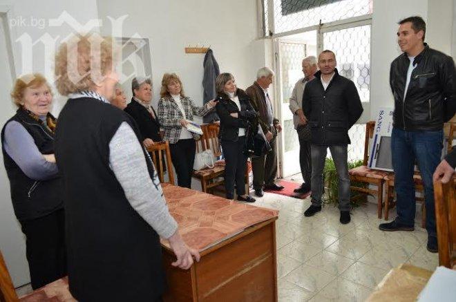 """""""България без цензура"""" дари техника на деца и възрастни хора с увреждания в Пещера"""