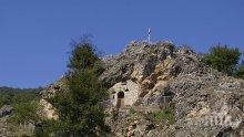 Чудодейни сълзи текат по стените на скалния параклис в Трън