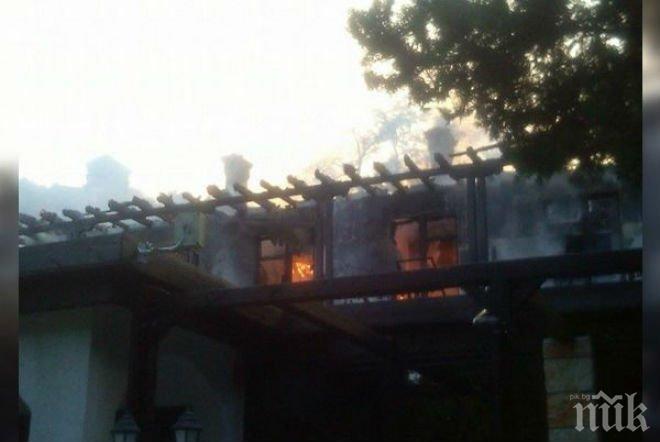 Огнен ад в Кранево! Гори сградата на Международния детски лагер (снимки)