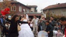Пребиха с камъни трима полицаи на циганска сватба в Бургас