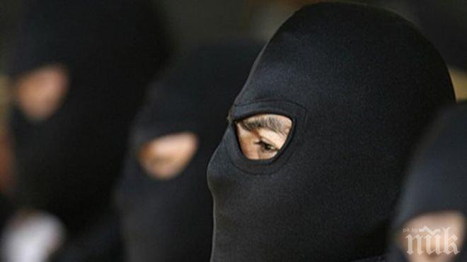 БРУТАЛНО: Трима пребиха и ограбиха 92-годишна жена и социалния ѝ асистент (СНИМКИ)