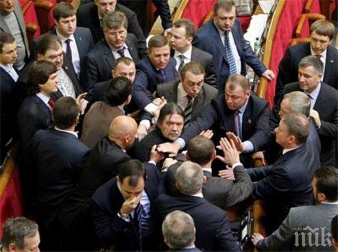 Безумие! И новите депутати в Киев се сбиха в залата