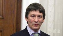 Валентин Йорданов дарява фотоалбум на Музея на спорта