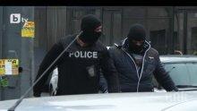 """Зрелищна спецакция в столичния квартал """"Люлин"""", полицаи прибират хора в микробуси"""