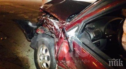 ексклузивно тежка катастрофа сеат мина червено блъсна бмв заби стълб стана шофьора снимки