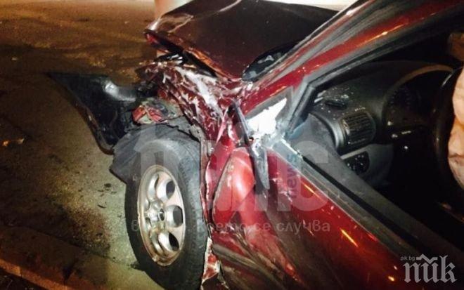 """Младеж с """"Тойота"""" мина на червено на кръстовище в Пловдив и помете """"Мини Купър"""""""