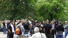 Първо в ПИК: Протестиращите срещу гей парада в София започнаха да се събират (снимки)