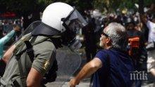 ЕКСКЛУЗИВНО! Напрежението в Гърция ескалира! Пенсионери се бият до кръв пред банка (видео)