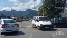 Камион и кола се удариха в Златна Панега, трима са ранени