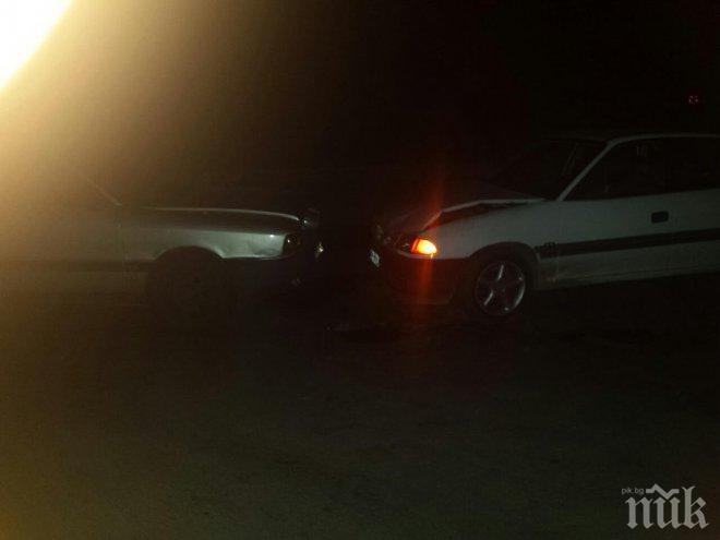 ИЗВЪНРЕДНО В ПИК! Екшън вдигна на крака столичната полиция преди час! Двама обраха магазин в Костинброд, босът на обекта ги подгони с колата си. Апашите се забиха челно в друга кола на Ломско шосе!