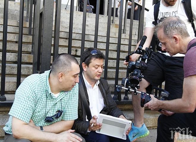 ПЪРВО в ПИК! Протестът срещу Цацаров пред провал! Камерите са повече от клакьорите! Търговецът на презервативи и Лилавата перука се клатушкат пред Съдебната палата! (обновена + снимки)