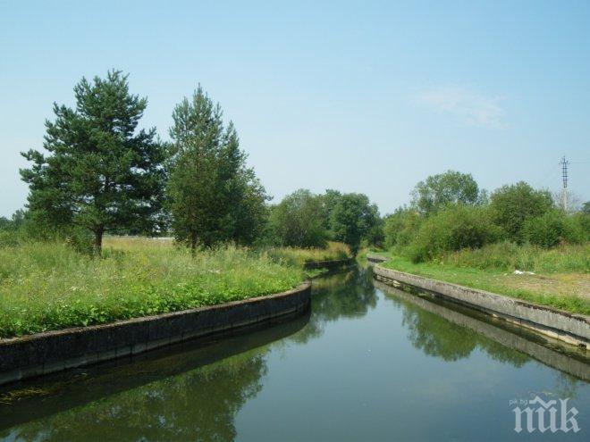 Тръба за отвеждане на отходни води, заустена към напоителен канал,