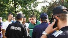 """Кликата на """"Протестна мрежа"""" с безумен панаир пред парламента! Слугите на Саша Безуханова хвърлят домати по депутатите! (обновена и снимки)"""