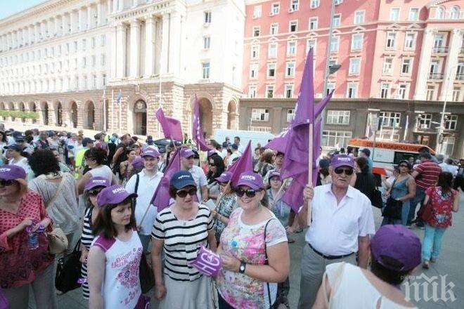 ПИК TV: Синдикати и работодатели на внушителен протест пред Министерски съвет