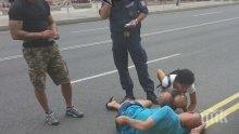 Дрогиран нападна жена в центъра на Бургас, младежи го задържаха (снимки)