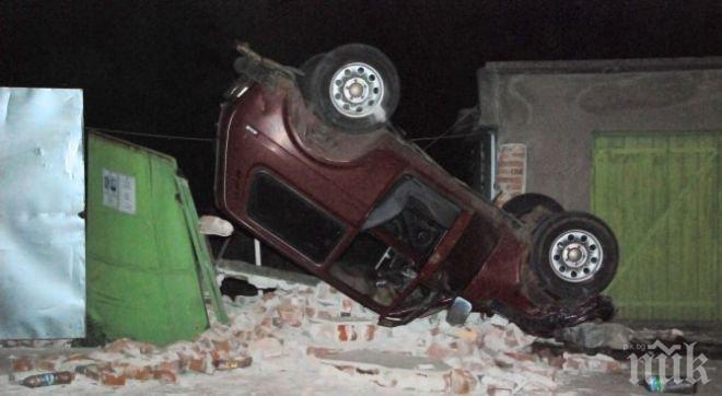 Лада се заби в ограда и паркира по покрив върху останките (снимки)