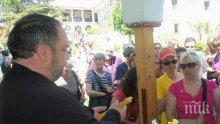Страшен скандал! Поп бие 90-годишна монахиня в Чирпанско, тя го моли за милост - записаха го с телефон