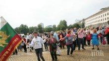 Кръшно хоро се изви на жълтите павета в София по случай Деня на независимостта (снимки)