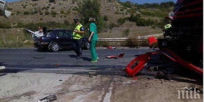 ЕКСКЛУЗИВНО и ПЪРВО в ПИК! Кръв се лее на пътя! Четирима загинаха след ужасяваща катастрофа на пътя Варна-Бургас!