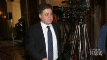 Най-актуалният министър пристигна в Народното събрание