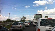 """ЕКСКЛУЗИВНО! Шок на магистрала """"Тракия"""". Полицията насочва шофьори в насрещното платно! (видео)"""
