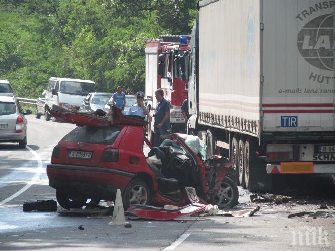 Отново жестока катастрофа! Кола се удари в ТИР край Бяла! Жена загина на място