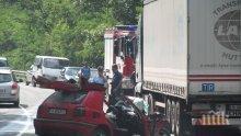 Отново кръв на пътя! Варненец заби колата си в ТИР! Загина на място!