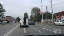 Идиотщина! Охранител се вози на задната броня на инкасо бус (снимки)