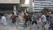 Полицията в Южна Африка обстрелва протестиращи с гранати