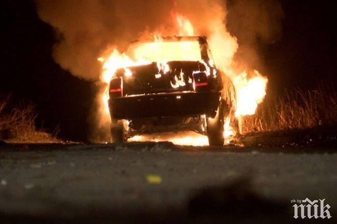 ОГНЕНА СТИХИЯ: Кола изгоря напълно близо до Ябланица (СНИМКИ)