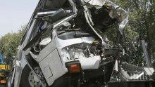 Кошмар! Зверска катастрофа между кола и автобус уби 24 души в Мексико