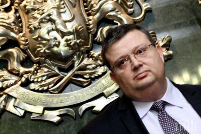Вижте как Цацаров попиля смешния правосъден министър