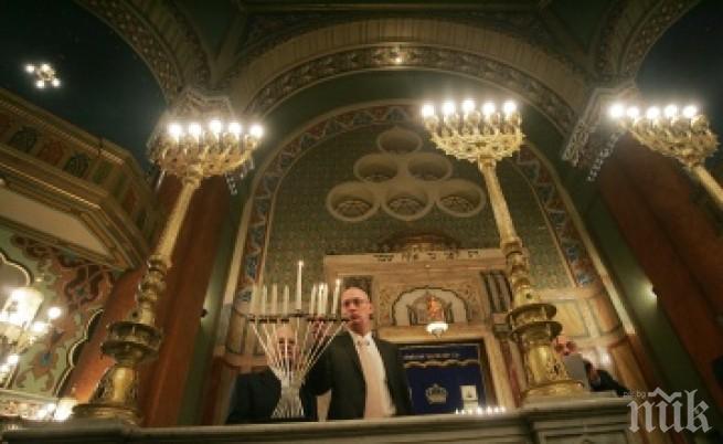 Евреите празнуват Ханука