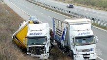 Камион със стъкла се обърна край Свиленград (снимки)