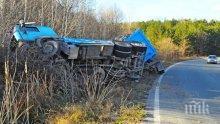 Камион се обърна край Враца, разпиля метални стружки по шосето (снимки)