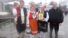 Окъпаха шест млади булки в Карлово за Ивановден