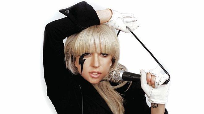 Лейди Гага събира пари за благотворителност с голо селфи (снимка)
