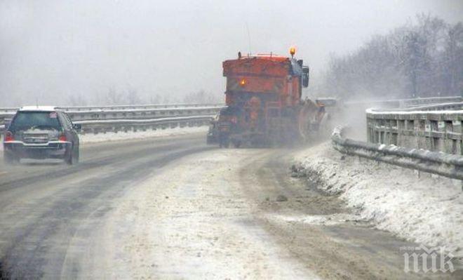 МВР: Пътищата в страната са проходими при зимни условия, сняг вали в почти цяла Западна България