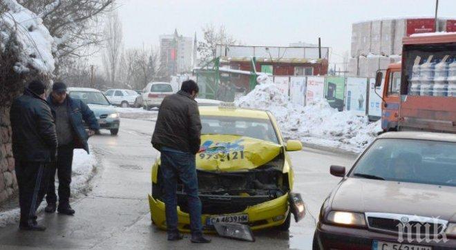 Такси се заби в лек автомобил в Пловдив