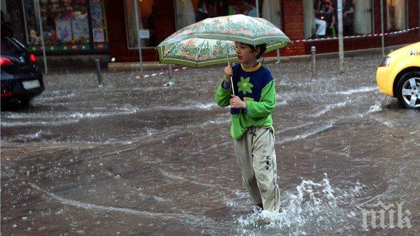 Бурен вятър донесе студ, жълт код за валежи в Бургас