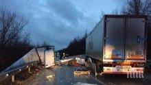 Ексклузивни кадри от зверското меле на Хаинбоаз! Два камиона се натресоха един в друг – шофьорите берат душа