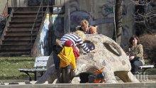 """САМО в ПИК и """"Ретро""""!  На вниманието на социалните служби: Лора Крумова зарязва сина си сам в колата (папарашки снимки)"""