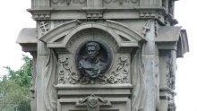СРАМ! Нова гавра с паметник на Левски, този път ученички поругаха Апостола (снимка)