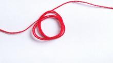 Носиш ли червен конец? А знаеш ли на коя ръка трябва да го носиш, какво значи и защо точно червен?