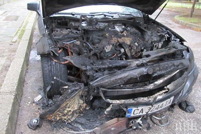 Пожар изпепели такси във Варна