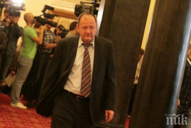 Миков: Големият въпрос е накъде отива България, а не дали си отива Делян Пеевски